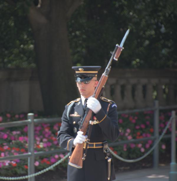 soldado en la Tumba al Soldado Desconocido del Cementerio de Arlington Washington