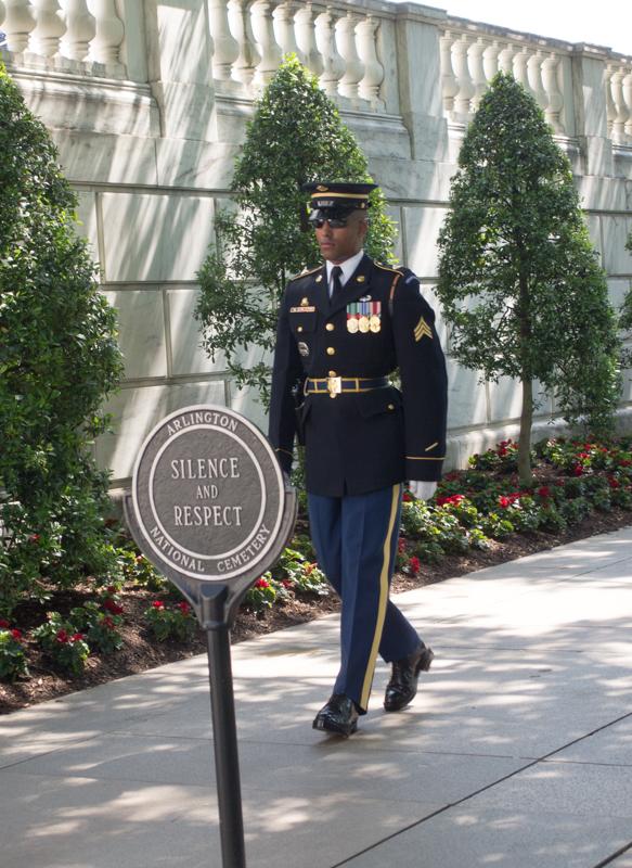 soldados del cambio de guardia en la Tumba al Soldado Desconocido del Cementerio de Arlington en Washington DC 2