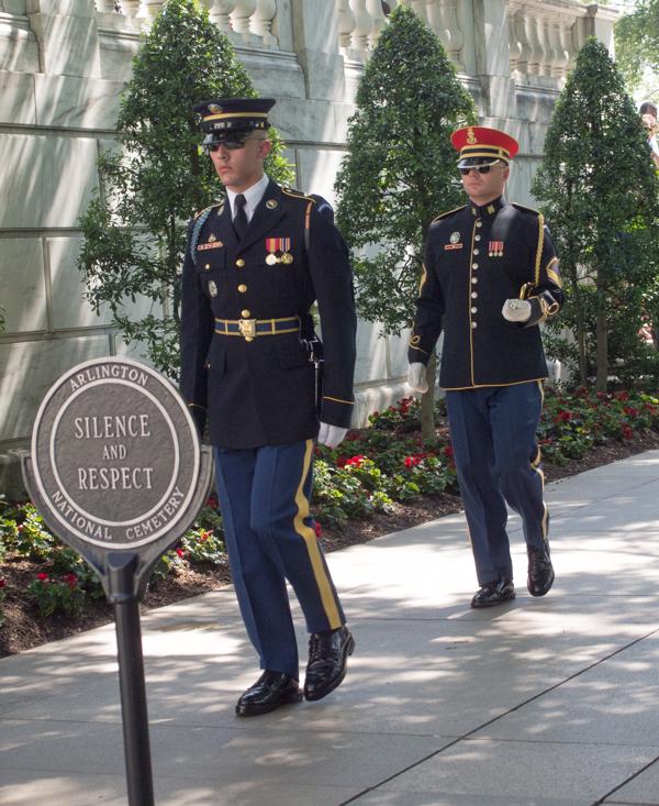 soldados del cambio de guardia en la Tumba al Soldado Desconocido del Cementerio de Arlington en Washington DC 1