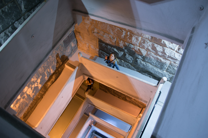 Lidia bajando las escaleras del Monumento a los Peregrinos en Provincetown Cape Cod Massachussets