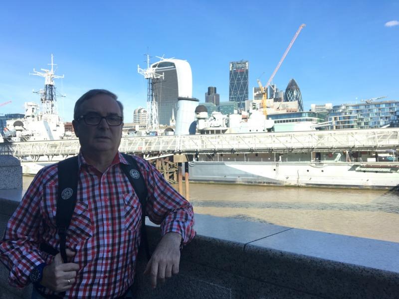 con el HMS Belfast en Londres