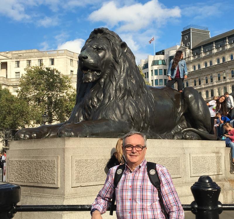 con uno de los leones de Trafalgar Square Londres