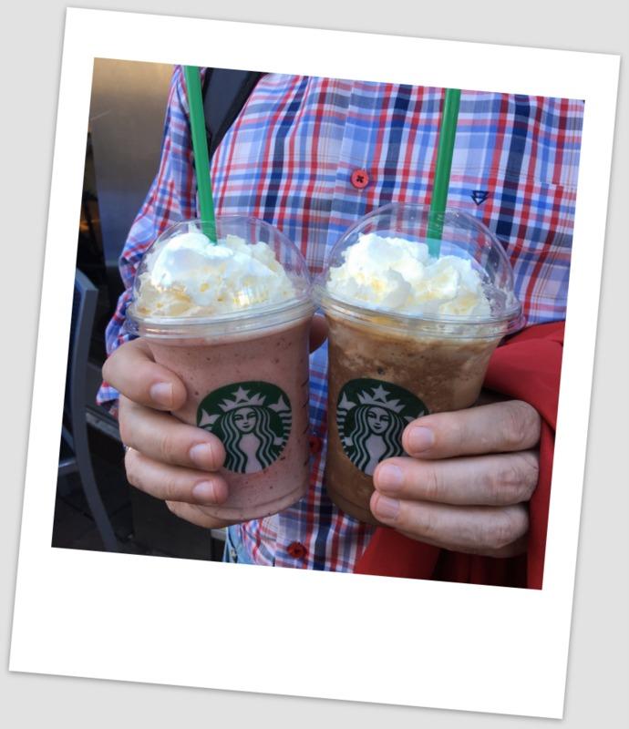 con unos frapuccinos del Starbucks en Londres