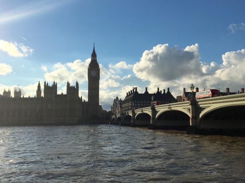 el Big Ben, las Casas del Parlamento y el puente de Westminster en Londres