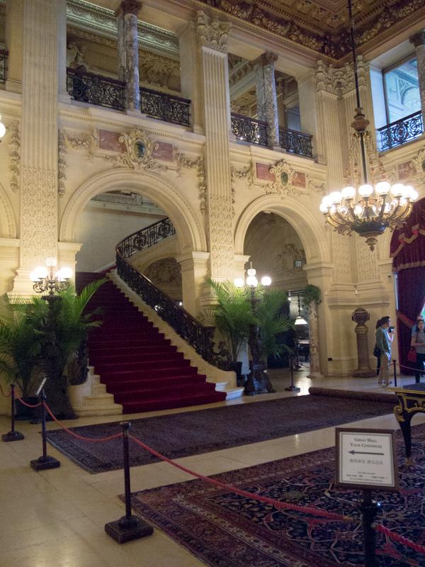 hall y escalera de la mansión The Breakers en Newport Rhode Island