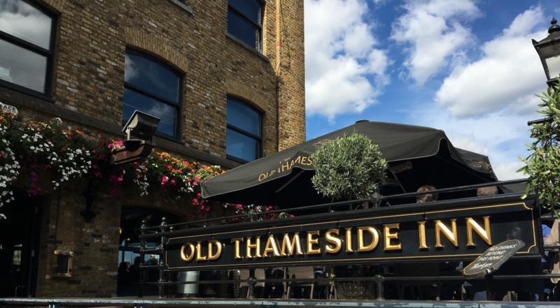 pub de Londres a orillas del Támesis