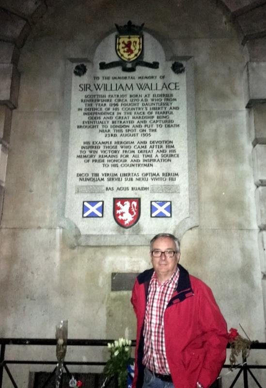 con la placa de William Wallace en Londres
