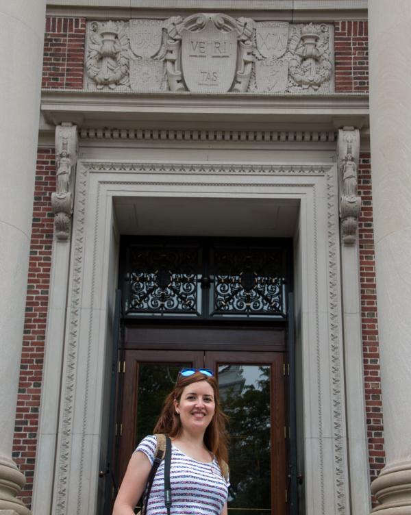 Lidia con el lema de Harvard University Boston