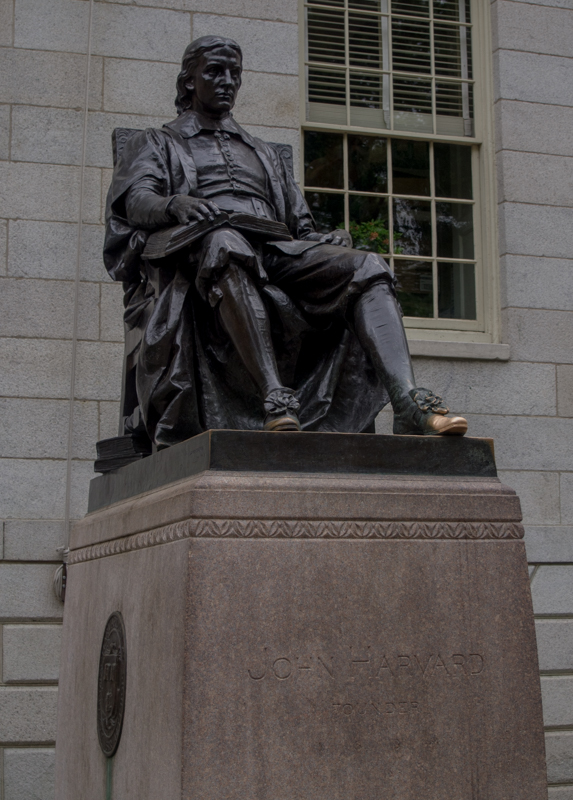 estatua de John Harvard en la Universidad