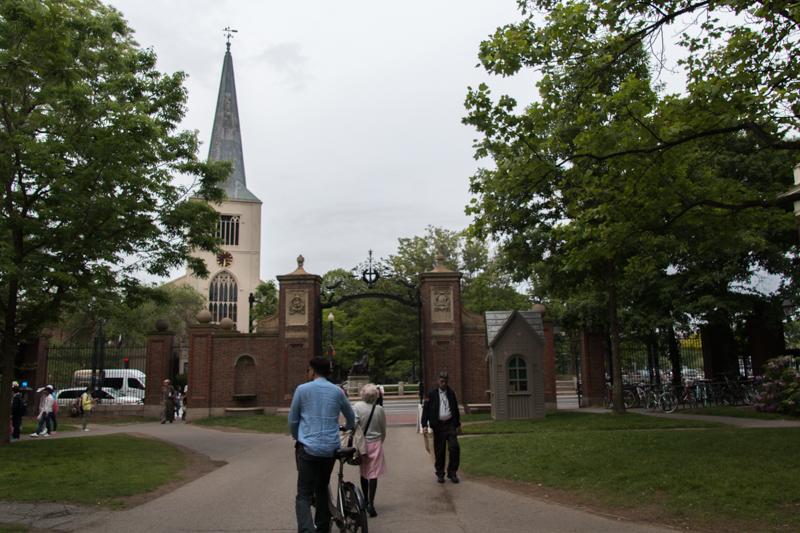 puerta de entrada Johnston Gate a Harvard Yard en la universidad de Harvard Boston