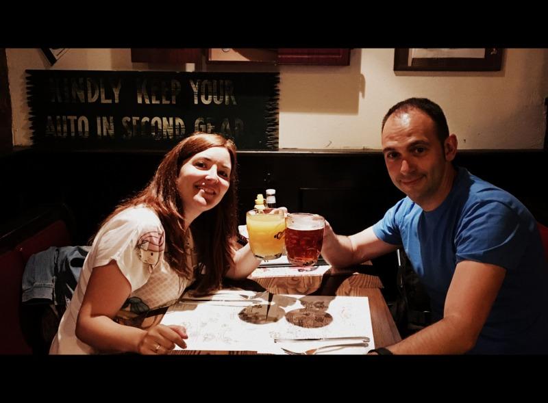 Lidia y Sergio brindando en Cheers de Boston
