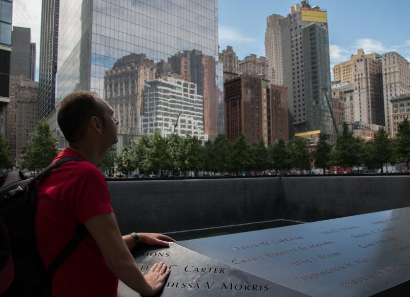 Sergio en la piscina sur del 11S Memorial de Nueva York