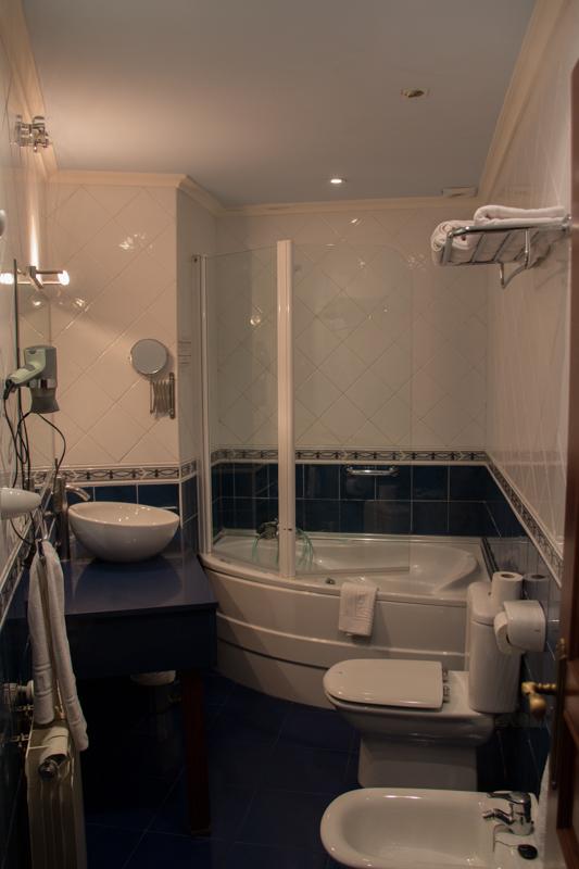 baño de la suite del Hotel Rural Cela en Belmonte de Miranda