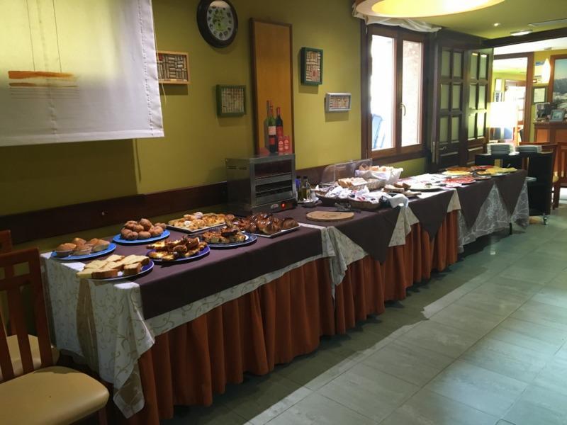 mesa de buffet del desayuno del Gran Hotel Cela en Belmonte de Miranda 1