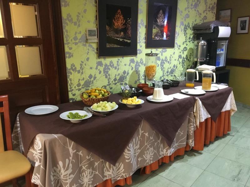 mesa de buffet del desayuno del Gran Hotel Cela en Belmonte de Miranda 2