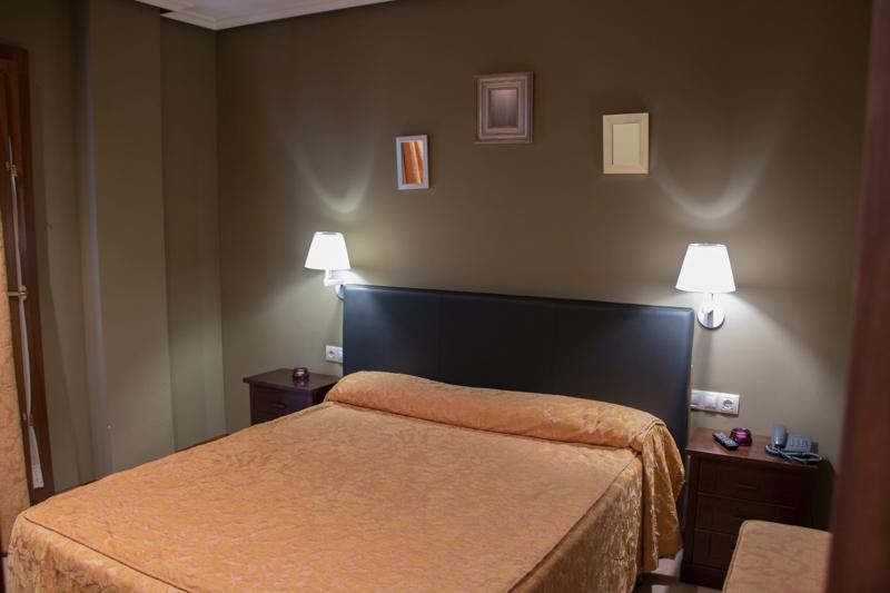 dormitorio de la suite del Hotel Rural Cela en Belmonte de Miranda