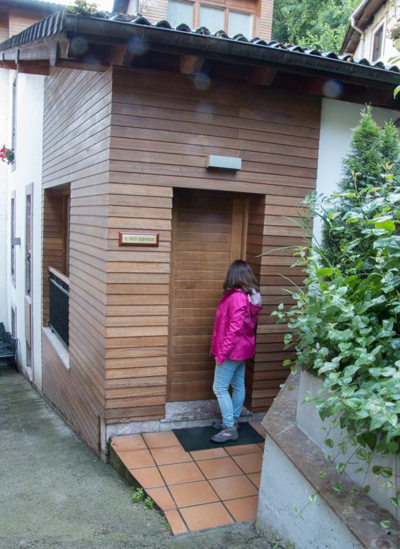 entrada a la suite del Hotel Rural Cela en Belmonte de Miranda