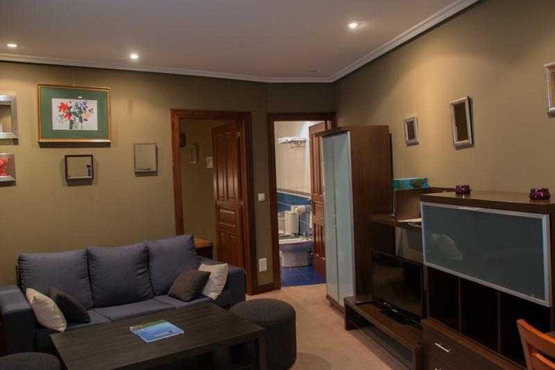 sala de estar de la suite del Hotel Rural Cela en Belmonte de Miranda