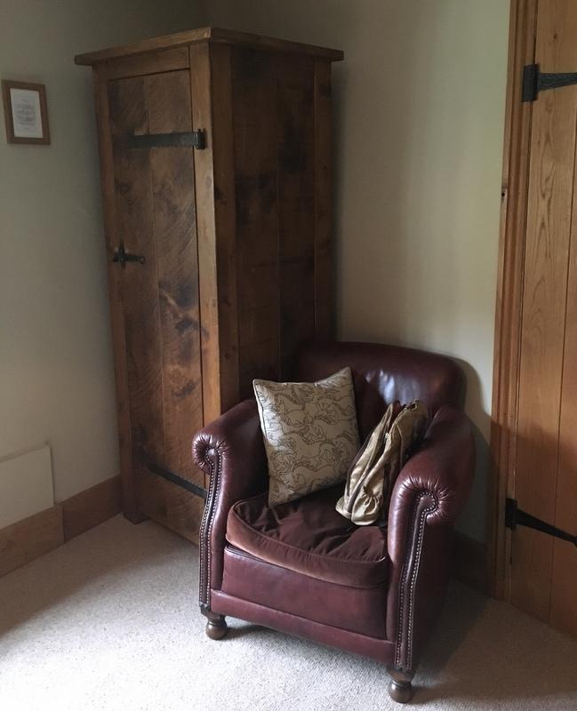 armario y butaca del Ebrington Arms en Chipping Campden