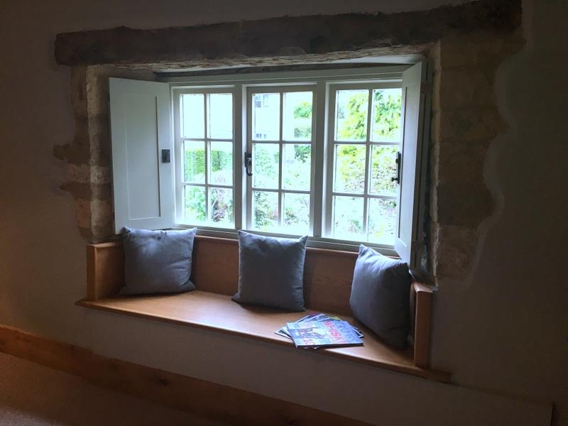 ventana con sillón del Ebrington Arms en Chipping Campden