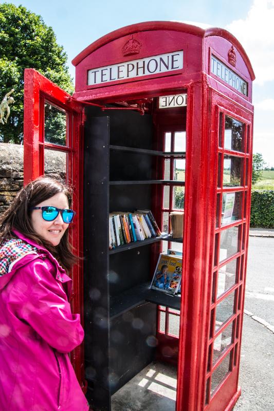 Lidia con cabina de teléfono