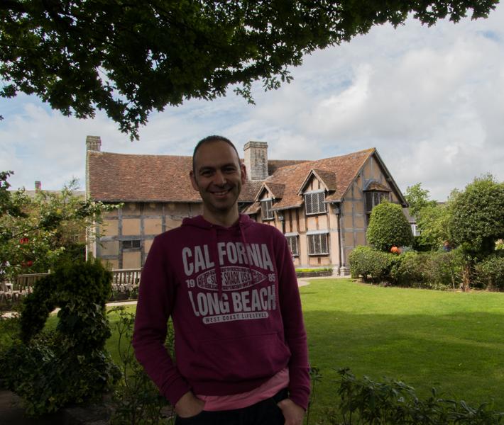 Sergio en la casa natal de Shakespeare en Stratford-upon-Avon