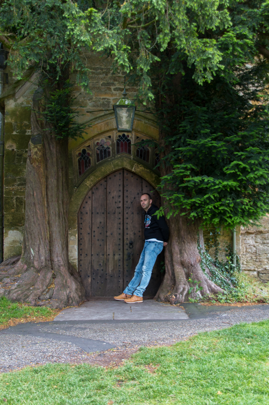 Sergio en la puerta de St. Edward's Church en Stow-on-the-Wold