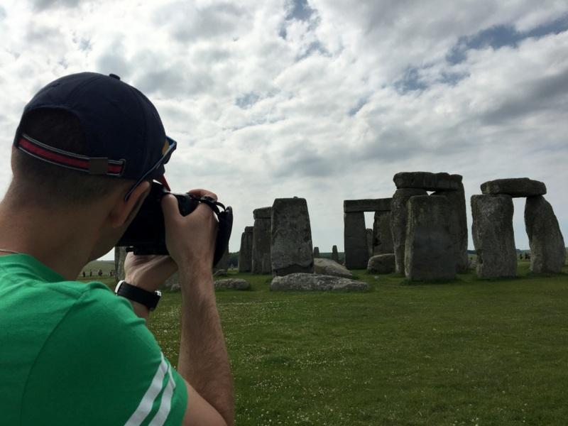 Sergio haciendo fotos en Stonehenge