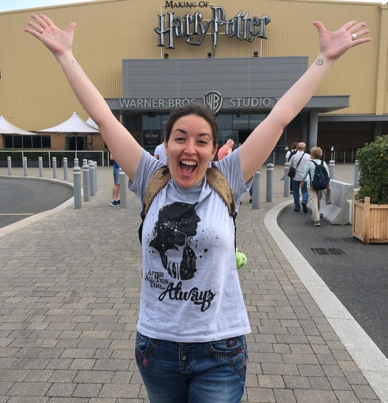 Lidia a la entrada de los Warner Bros Studios