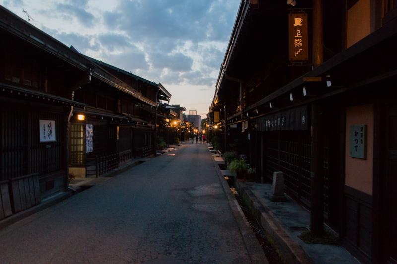 calle de Takayama anocheciendo