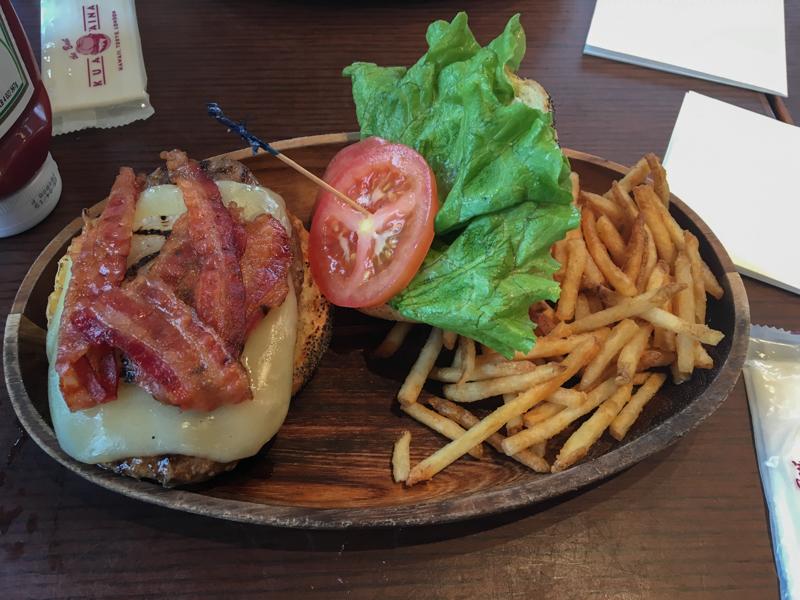 hamburguesa en Kua'Aina Odaiba